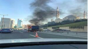 Ataşehir TEMde kamyonet alev alev yandı