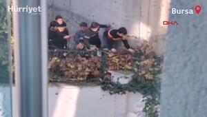 Okul bahçesinde top oynayan 6 çocuk, polisin siren sesini duyunca kaçtı