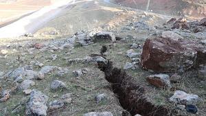 Son dakika haberleri... Siirt depreminin ardından derin yarıklar oluştu Depremden 45 dakika önce buhar çıktığını gördük
