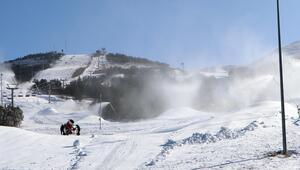 Kısıtlama nedeniyle kayakçının olmadığı Palandökende, suni karlama yapıldı