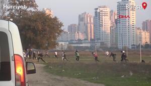 Kısıtlamada futbol maçı yapanların polisten kaçmaya çalıştığı anlar kamerada