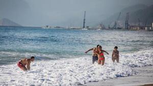 Aralık ayında denize girdiler Antalyada bahar havası