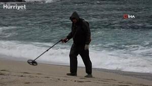 Alanyada yağmur sonrası defineciler plajlara akın etti