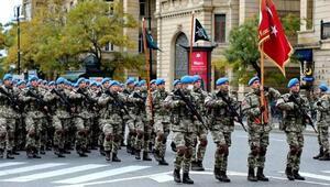 Türk askeri 10 Aralık Zafer Töreni için Azerbaycanda