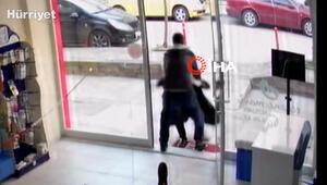 Eczanedeki çalışanı, yaşlı adamı kaldırıma böyle fırlattı