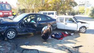 Otomobiller çarpıştı, arkadaşları yaralı sürücünün başından ayrılmadı