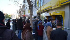 Aksaray'da, PTT şubesi önünde ve pazarda; maske-mesafe unutuldu