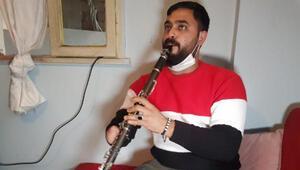 İş kazasında elini kaybeden müzisyen, tek eliyle klarnet çalıyor