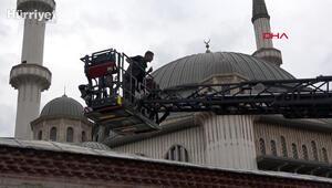 Taksim Camii duvarına çıkıp jiletle kendisine zarar verdi