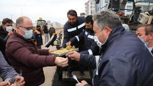 Başkan Bilginden sahada çalışan ekiplere tatlı ikramı