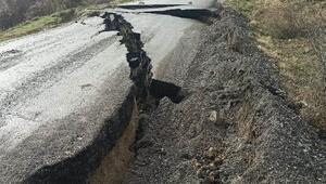 Mahalleleri birbirine bağlayan yol, sağanakta çöktü