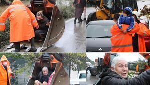 Son dakika... Antalyada mahsur kalanları kepçeyle kurtardılar Gözyaşlarına boğuldu: Halimize bak