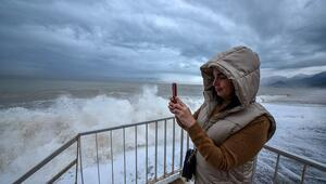 Konyaaltı Sahilinde dev dalgalara karşı selfie