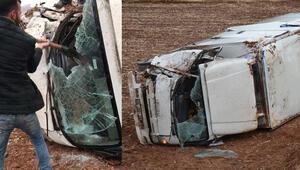 Tokatta tarlaya devrilen kamyonun şoförü yaralandı