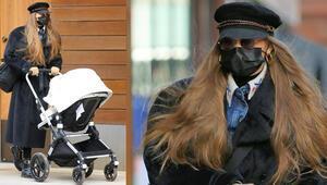 İlk kez bebeğiyle sokağa çıktı: Bir de peruk mu taktın
