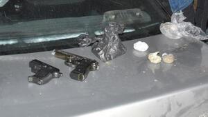 Kısıtlamada kovalamacayla durdurulan otomobilde, silah ve uyuşturucu ele geçirildi