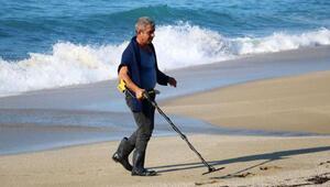 20 yıldır sahillerde dedektör ile altın ve madeni para arayıp, çöp topluyor