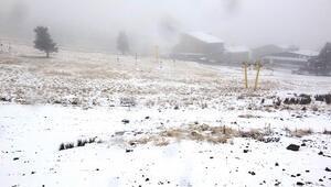 Uludağda kar yağışı tatilcileri sevindirdi