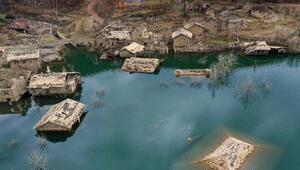 Ispartada baraj suları altında kalan evlerin görüntüsü ilgi çekiyor