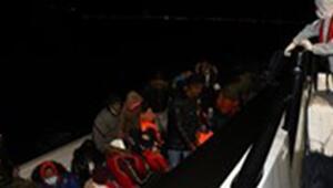 Çanakkalede lastik botta sürüklenen 23 kaçak göçmeni Sahil Güvenlik kurtardı