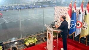 Mısır Cumhurbaşkanı Sisinin öğrencilere kurşun geçirmez camdan konuşma yapması alay konusu oldu