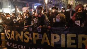 Fransada göçmenler oturum izni talebiyle sokaklara çıktı