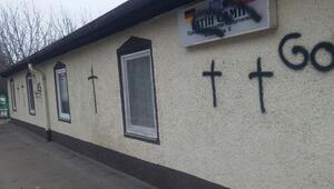 Cami duvarına sprey boyayla ırkçı saldırı