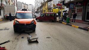 Kısıtlamada iki aracın çarpıştığı kazada maddi hasar oluştu