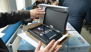 Hangi illerde tablet dağıtımı yapılıyor Bakan Selçuktan 50 bin tablet açıklaması