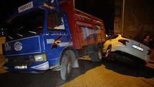 Sultangazide freni boşalan kamyon park halindeki otomobile çarptı