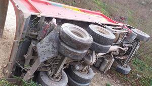 Ordu'da çakıl yüklü kamyon devrildi