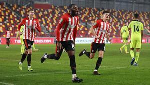 Brentford, Newcastle Unitedı eleyerek Lig Kupasında yarı finale kaldı