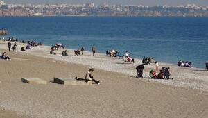 Antalya'da güneşi görenler sahile koştu