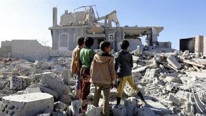 Yemende okul yolundaki çocukların çöpte yiyecek aradığı görüntüler ortaya çıktı