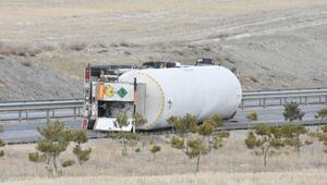 Sivasta oksijen yüklü tanker devrildi, yol kapatıldı