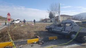 Hafif ticari araç ile otomobil çarpıştı: 2 ölü, 2 yaralı