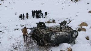 Yüksekovada otomobil, şarampole devrildi: 1 ölü, 1 yaralı