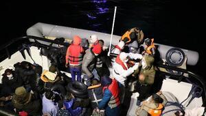 Yunanistanın ölüme terk ettiği 53 kaçak göçmeni Sahil Güvenlik kurtardı