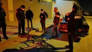 Kısıtlamayı ihlal edip, bisikletten düşünce yakalanan şüphelinin üzerinden uyuşturucu çıktı