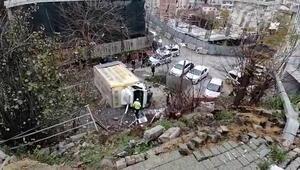 Freni boşalan nakliyat kamyonu 10 metre yükseklikten boş alana uçtu