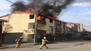 Arnavutköyde 2 binanın çatısı alev alev yandı