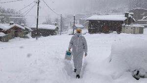 Yoğun kar yağışına rağmen virüsün izini sürüyorlar