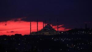İstanbulda ilginç görüntü Gün doğumuyla birlikte gökyüzü kızıl renge boyandı