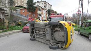 Kaza yapan taksi yan yattı Sürücüyü itfaiye çıkardı