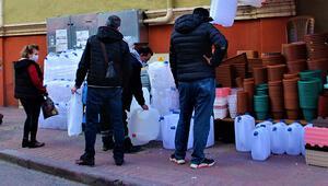 48 saat su kesintisi yapılacak Bidon almak için sıraya girdiler