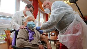 Almanyada ilk koronavirüs aşısı yapıldı