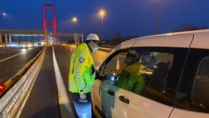 Sokağa çıkma kısıtlaması nedeniyle 15 Temmuz Şehitler Köprüsünde denetimler sürüyor