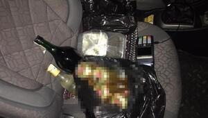 Sokağa çıkma kısıtlamasında araçla içki satarken yakalandı