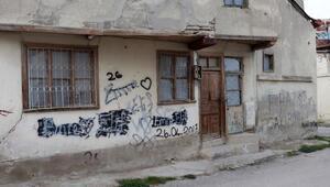 Eski evlerin duvarları yazı tahtası oldu