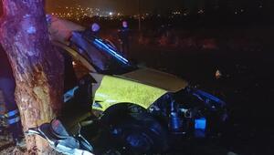 Kontrolden çıkan taksi refüjdeki ağaca çarptı: 2 ölü, 1 yaralı